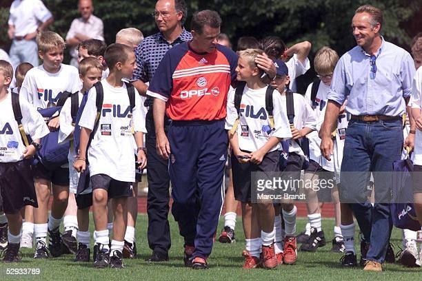 Rotenburg/Wuemme TRAINING FC BAYERN MUENCHEN TRAINER Ottmar HITZFELD und die Kinder der FUSSBALLSCHULE von Michael RUMMENIGGE
