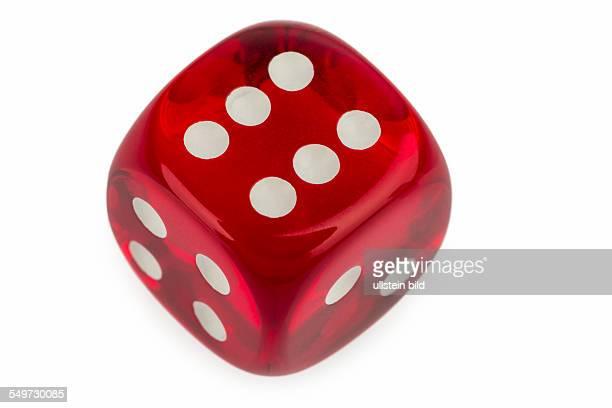 Roter Würfel Symbolfoto für Glücksspiel Risiko und Spielsucht