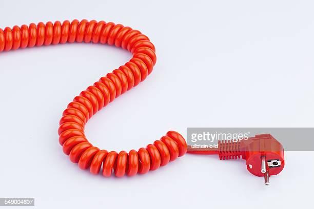 Rotes Strom Kabel mit Stecker auf weißem Hintergrund
