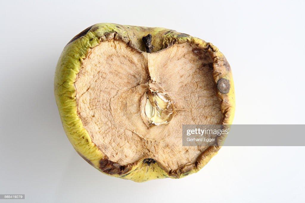 Rotten apple halve : Foto de stock