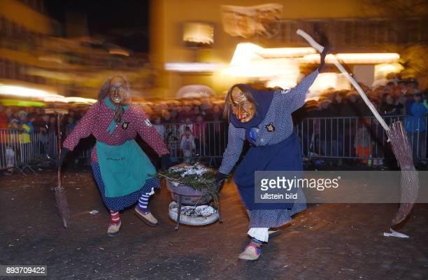 Rottenburg Schwaebischalemannische Fastnacht / Fasnet 2015 traditioneller Hexentanz auf dem Rottenburger Marktplatz am Stadthexen mit Kessel