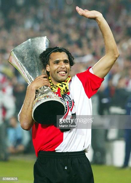 FINALE 2002 Rotterdam FEYENOORD ROTTERDAM BORUSSIA DORTMUND 32 Pierre VAN HOOIJDONK/FEYENOORD mit UEFA POKAL