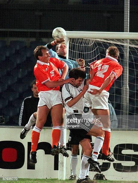 LAENDERSPIEL 1996 Rotterdam NIEDERLANDE DEUTSCHLAND 01 vlnr Jaap STAM/HOL TORWART Andreas KOEPKE Markus BABBEL/GER Youri MULDER/HOL