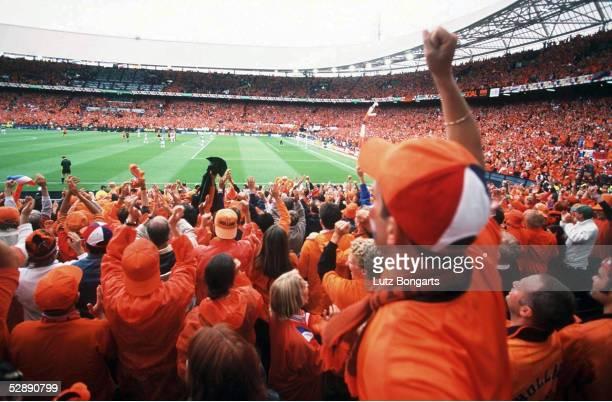 FINALE Rotterdam NIEDERLANDE JUGOSLAWIEN 61 Jubelnde Fans HOL im Feijenoord Stadion von Rotterdam