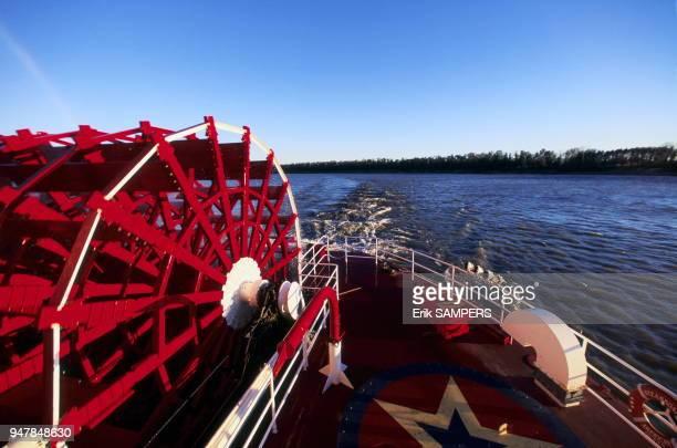 """Roue à aube du bateau à vapeur """"American Queen"""" dit le """"Monster"""" sur le fleuve Mississippi, Etats Unis."""