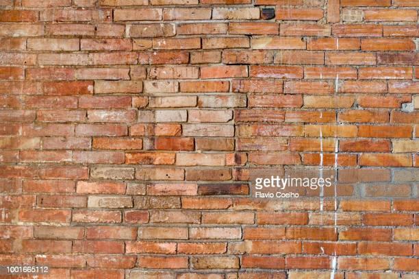rough exposed brick wall - 固体 ストックフォトと画像