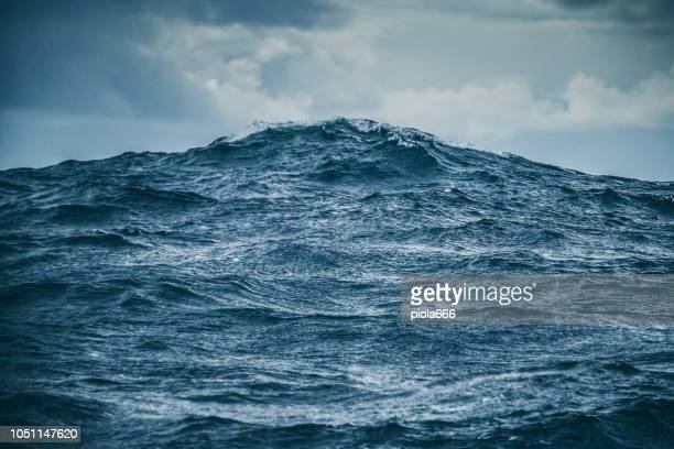 rough ocean details: sea waves pattern - mare foto e immagini stock