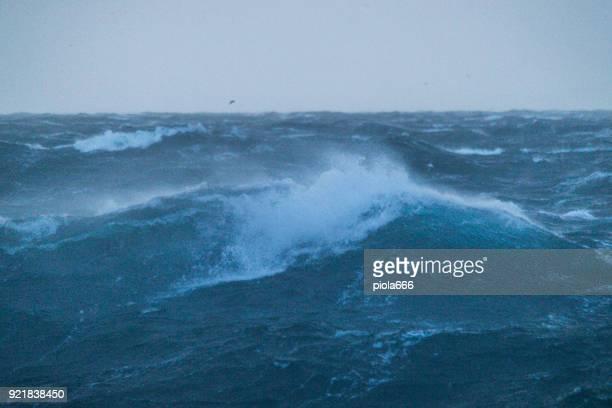 Mer démontée et des vagues qui s'écrasent