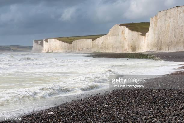 rough seas at the seven sisters chalk cliffs, east sussex, uk. - het kanaal stockfoto's en -beelden