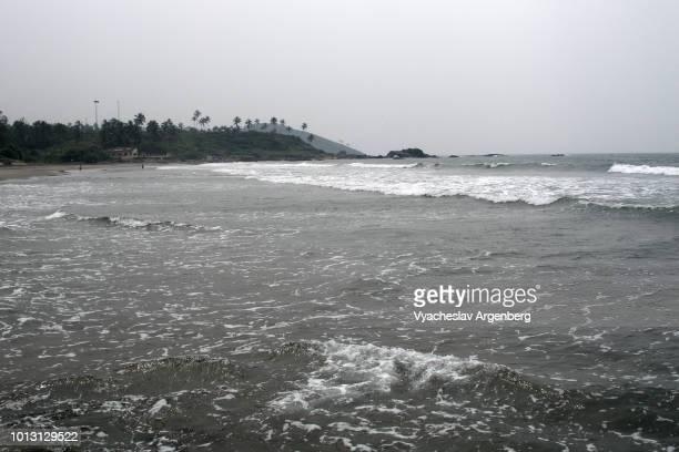 rough waters of arabian sea at vagator beach in goa, india - argenberg imagens e fotografias de stock