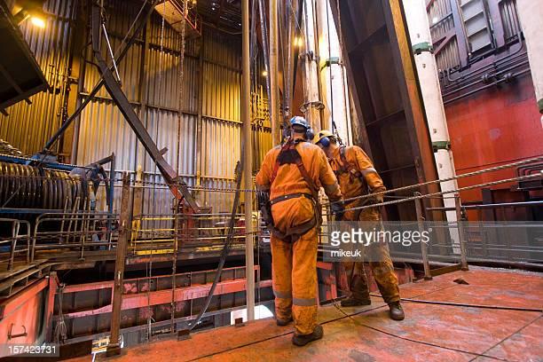 Roughnecks trabajando en una plataforma petrolífera