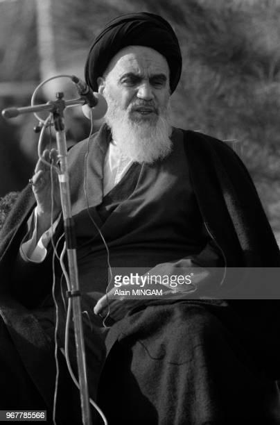 Rouhollah Khomeini au cimetière des martyrs de Beheshte Zahra à Téhéran le 31 janvier 1979 Iran