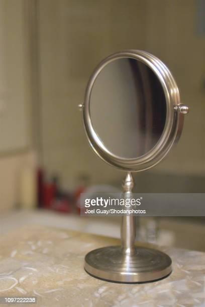 round bathroom mirror - specchietto foto e immagini stock