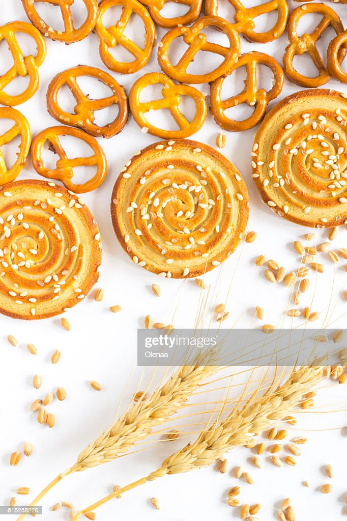 Round cookies with sesame seeds, figured cookies, spikelets of w : Foto de stock