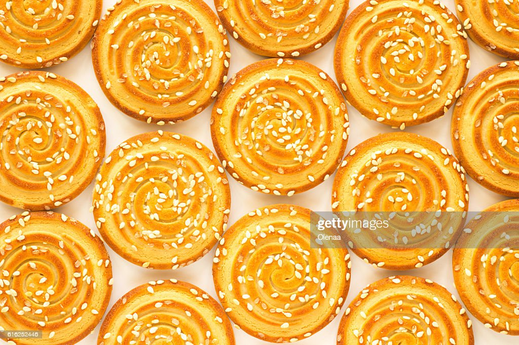 Round cookies with sesame seeds. Top view : Foto de stock