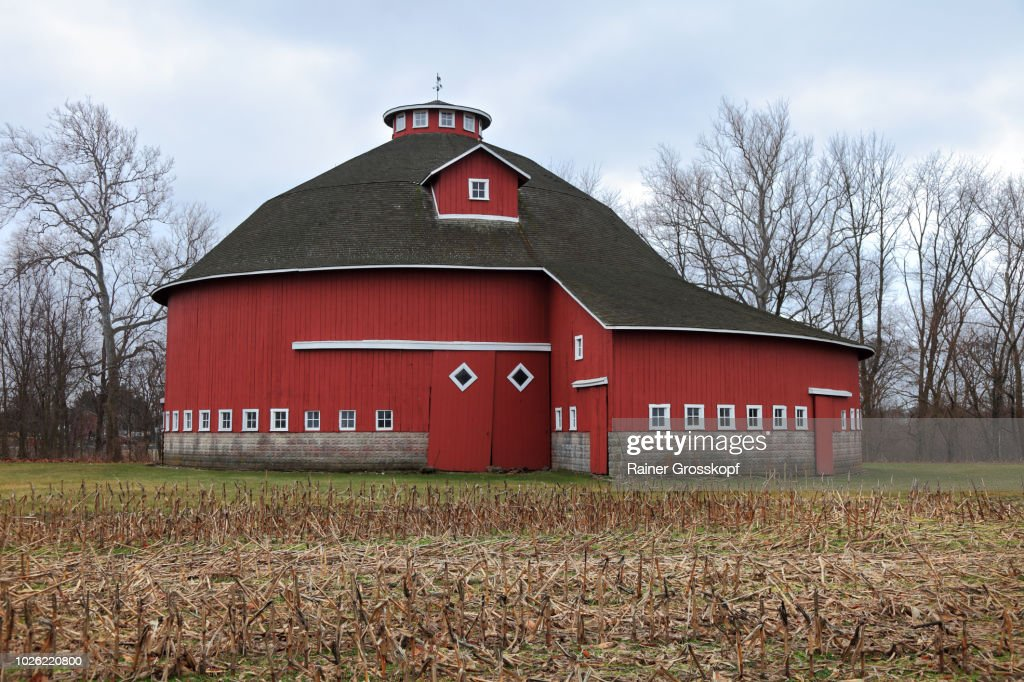Round Red Barn in winter : Photo