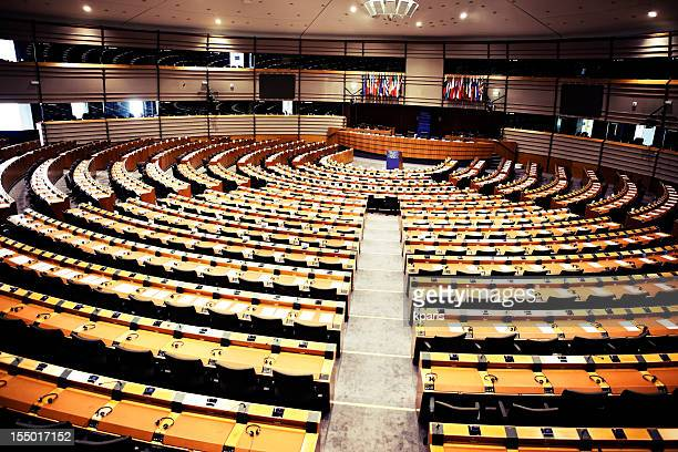 round seating arrangement of the european parliament - democratie stockfoto's en -beelden