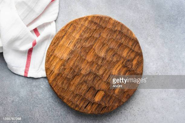 round wooden cutting board - chopping board stock pictures, royalty-free photos & images