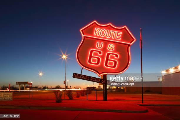 route 66 neon sign in elk city at night - rainer grosskopf fotografías e imágenes de stock