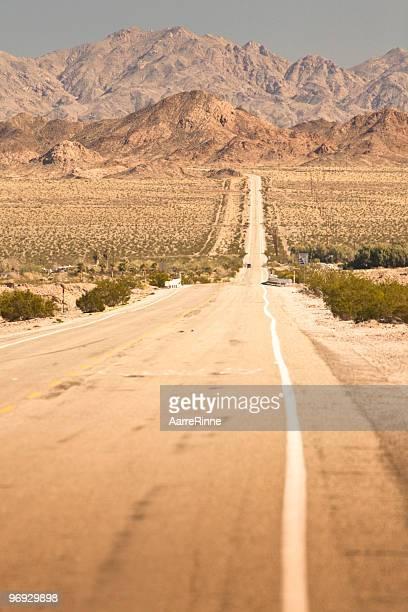 la route 66 dans le désert - route 66 photos et images de collection