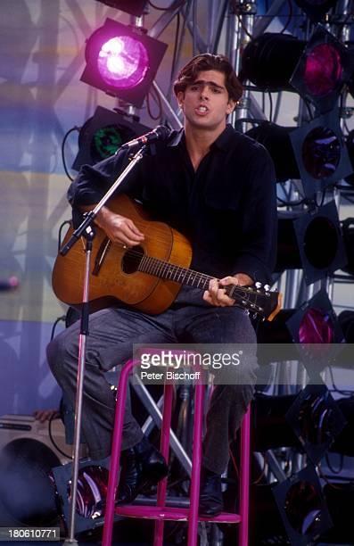 Rouven Lavi Gans Sänger singen Gitarre Bühne