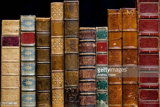 reihe von antiken büchern - literatur stock-fotos und bilder