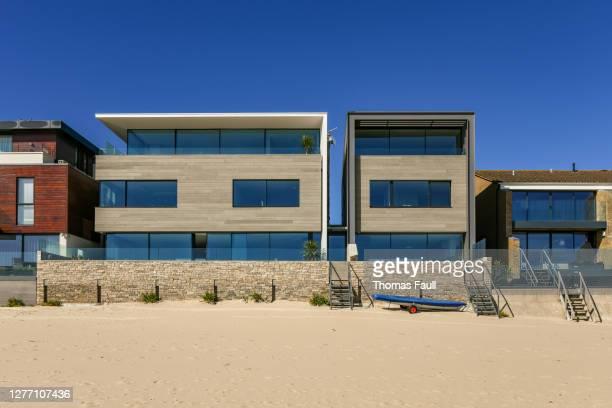 ドーセットのサンドバンクスのビーチフロントハウスの列 - プール湾 ストックフォトと画像
