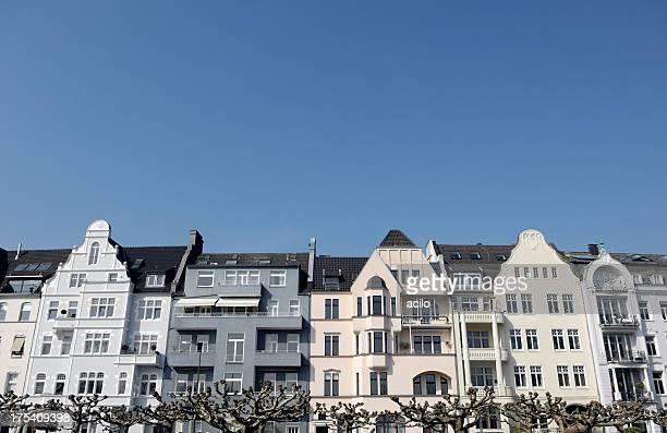 reihe von wunderschönen residenzen - altbau fassade stock-fotos und bilder