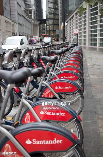 fila de bicicletas boris en línea. desde su lanzamiento en julio de 2010, se han realizado más de 60 millones de viajes en tfl (transport for london) ciclo de programa. - patrocinador fotografías e imágenes de stock