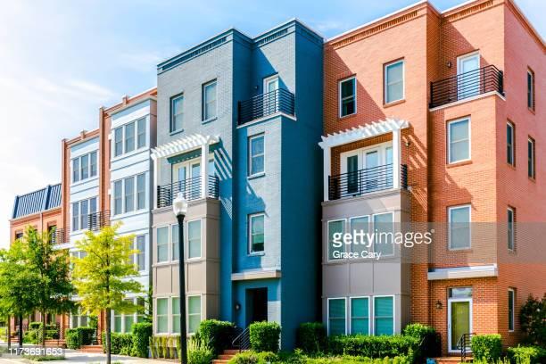 row of brick townhouses - タウンハウス ストックフォトと画像