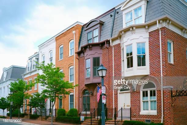 row of brick townhouses - バージニア州 アレクサンドリア ストックフォトと画像