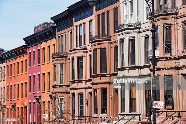 row of brownstone townhouses - terraced_house stock pictures, royalty-free photos & images
