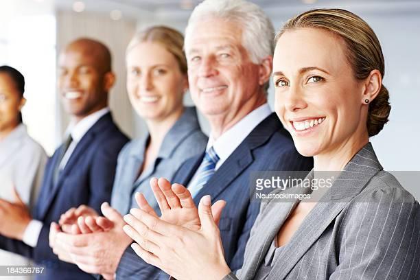 Reihe von Business-Leute Klatschen