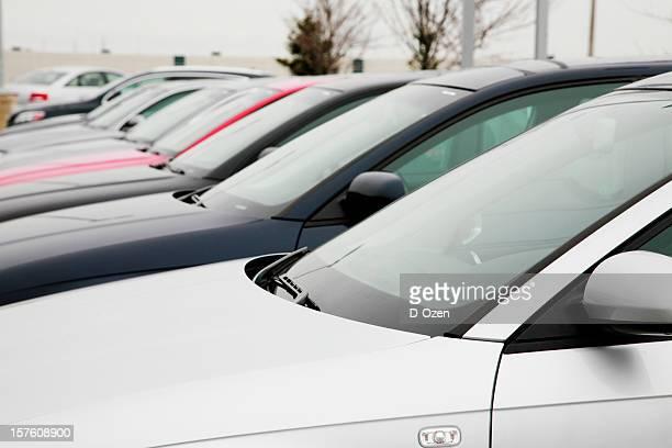 Rangée de voitures à vendre à un concessionnaire