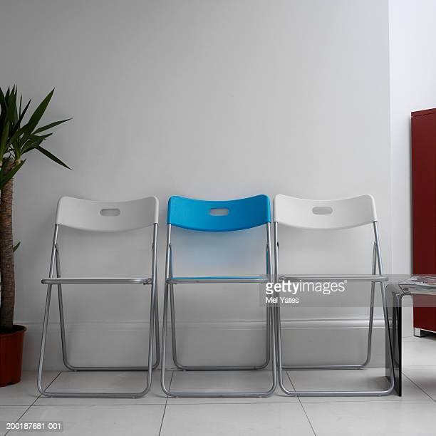 row of chairs against wall in waiting room - cadeira dobrável - fotografias e filmes do acervo