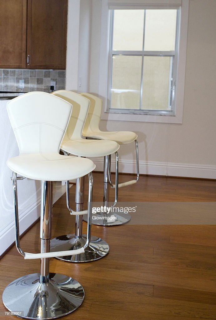 Row of chairs in a room : Foto de stock