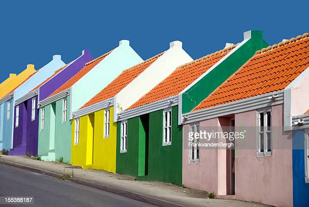 Fila de coloridas casas Caribe
