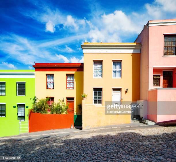 rij van kleurrijke huizen in kaapstad - kaapstad stockfoto's en -beelden