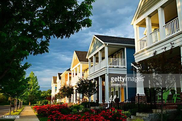 a row of colorful suburban homes - ファイアットヴィル ストックフォトと画像