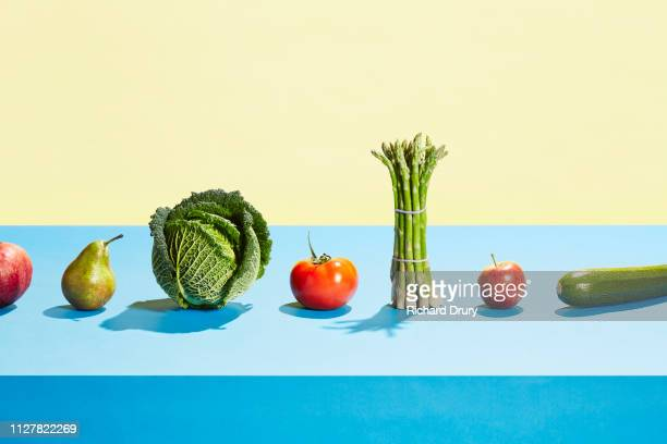 a row of different fruit and vegetables - gezonde voeding stockfoto's en -beelden