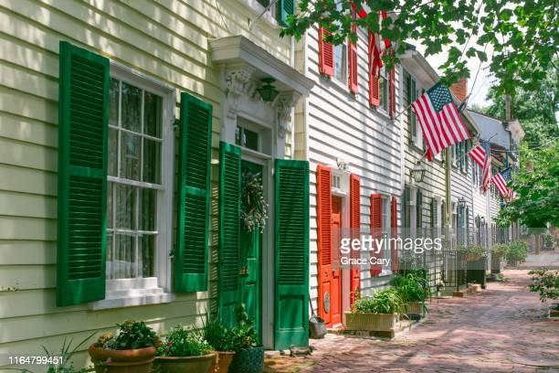 row of early 1800s townhouses - virginia amerikaanse staat stockfoto's en -beelden