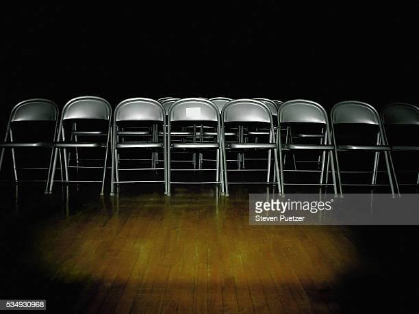 row of folding chairs - cadeira dobrável - fotografias e filmes do acervo