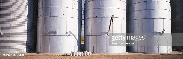 row of grain silos - timothy hearsum stock pictures, royalty-free photos & images