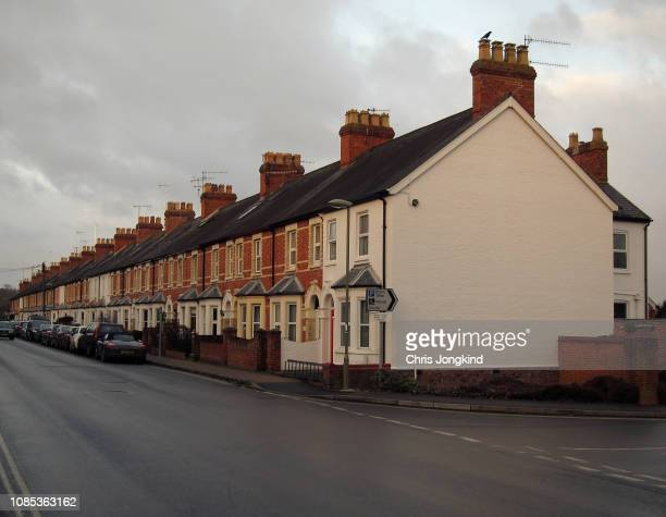row of houses and cars on a quiet residential street - terraced_house stock pictures, royalty-free photos & images