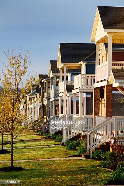 row of houses - ファイアットヴィル ストックフォトと画像