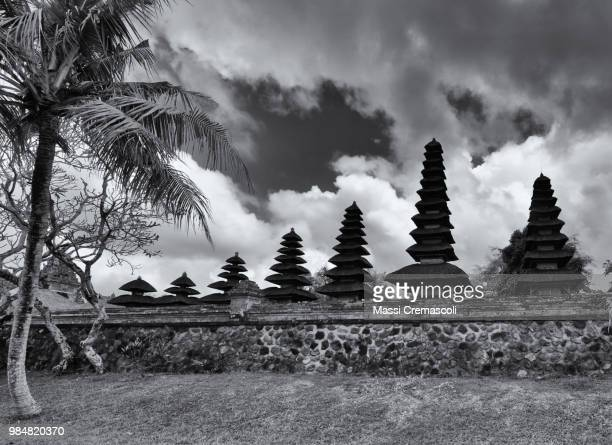 a row of meru at the royal temple in central bali. - meru filme stock-fotos und bilder