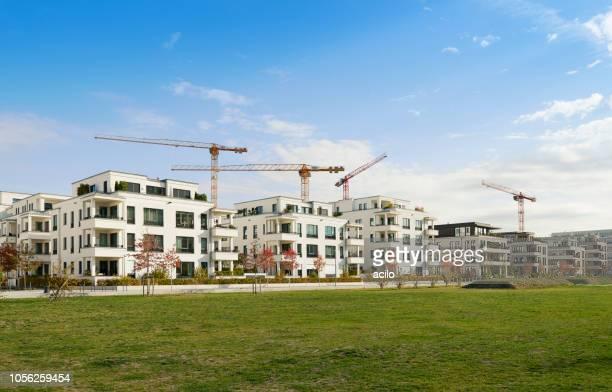 reihe von neuen wohnhäusern / baustelle - bauen stock-fotos und bilder