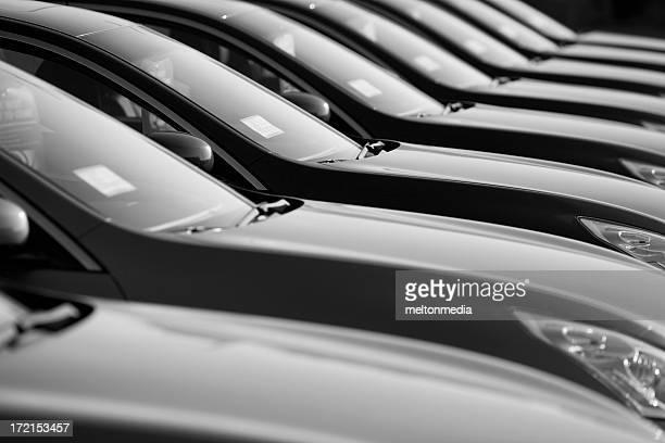 Rangée de nouvelles voitures à un concessionnaire