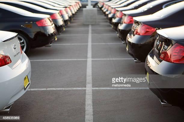 Rangée de nouvelles voitures