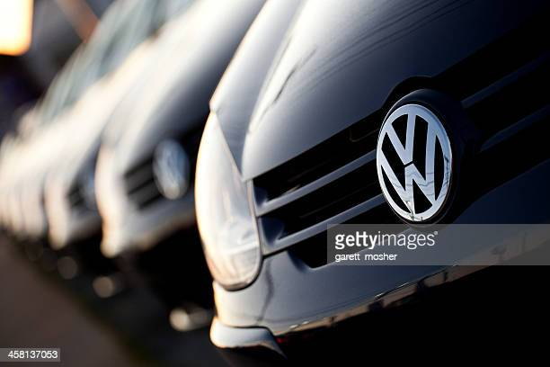 row of new volkswagens at dealership - volkswagen stock pictures, royalty-free photos & images